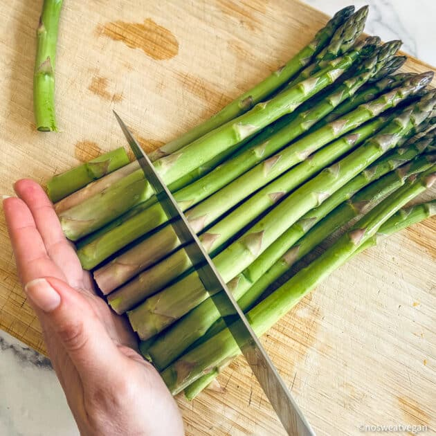 Line up the asparagus and cut off the ends.